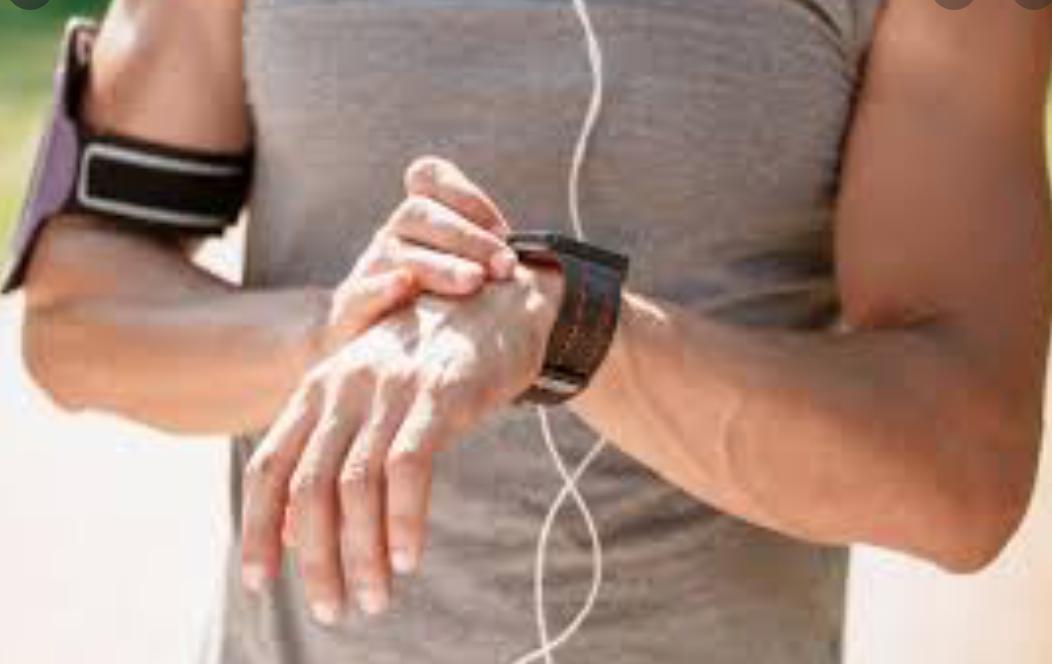 Corredor com relógio GPS e monitor cardíaco